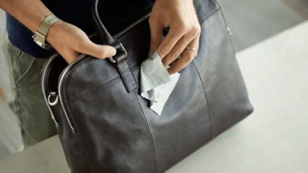 Bạn hãy làm sạch túi da bằng khăn giấy hiệu quả