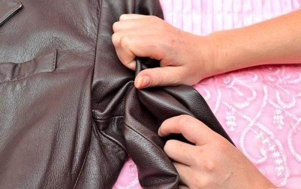 Bạn hãy thử làm mới áo da bằng xi đánh giày