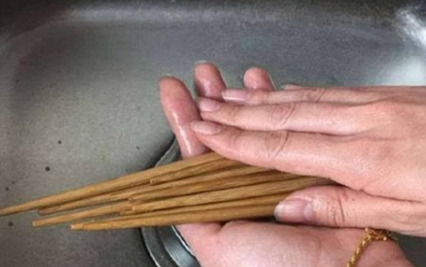 Bạn thường khó chịu vì vết mốc trên đũa gỗ