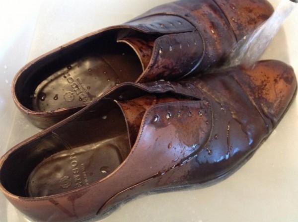 Bảo vệ đôi giày da vào mùa mưa thật sự không dễ