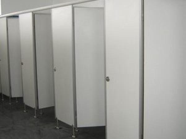 Bất tiện khi khu vực vệ sinh quá nhỏ hẹp.