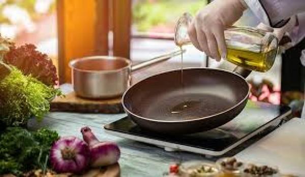 Cách khử mùi dầu mỡ trong bếp sau khi chiên xào thức ăn