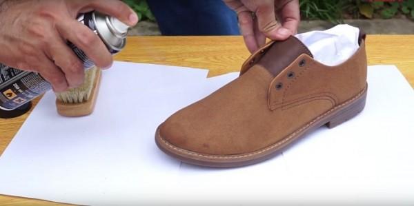 Cách vệ sinh giày da lộn thể thao tại nhà