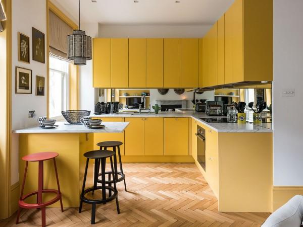 Căn bếp nổi bật với sắc vàng sang trọng