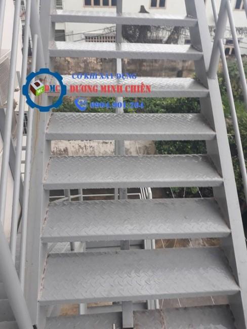 Cầu thang sắt lên sân thượng