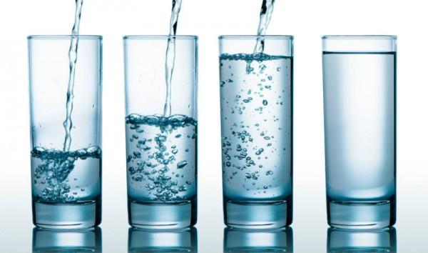 Cốc nước bạn uống có thể chứa nhiều chất khác nhau