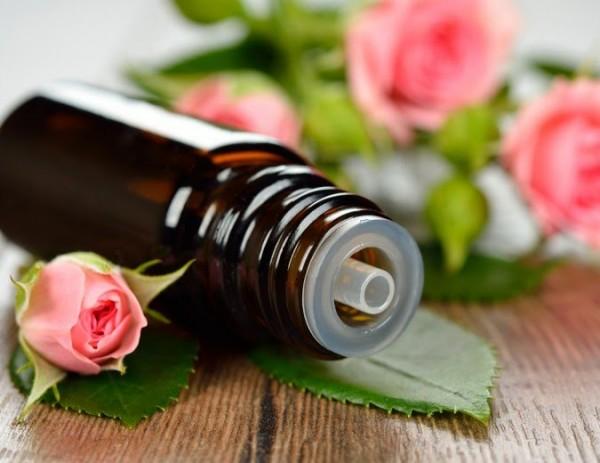 Da sáng hồng, căng mịn với tinh dầu hoa hồng