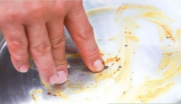 Đánh bay vết dính trên nồi sau khi nấu kẹo