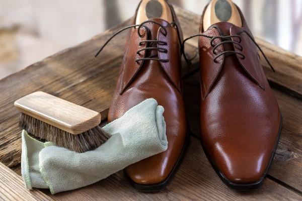 Đánh bóng đôi giày da tại nhà dễ dàng