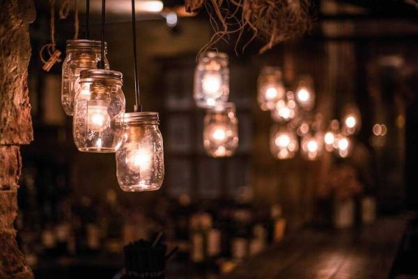 Đèn chùm siêu xinh được sáng tạo từ chai thủy tinh