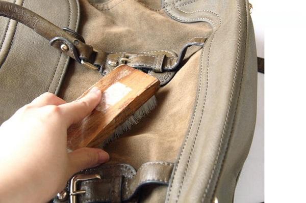 Dùng vải và nguyên liệu làm sạch túi xách da bị mốc
