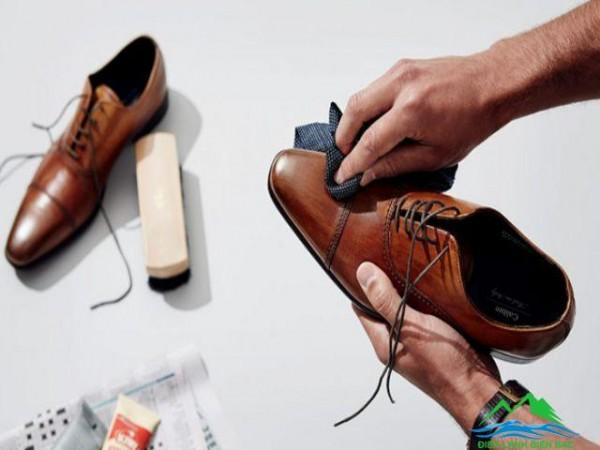 Giày da bị xước và cách xử lý đơn giản