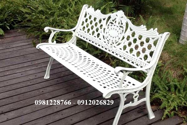 Gợi ý mẫu ghế gang đúc ngoài trời cho sân vườn hiện đại