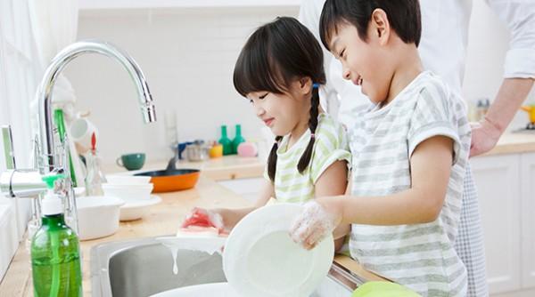 Hãy khuyến khích trẻ làm việc nhà giúp gia đình