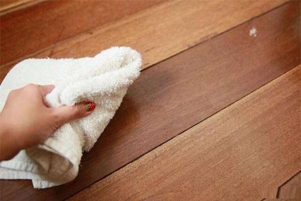 Keo dán dính trên sàn sẽ biến mất với mẹo nhỏ đơn giản