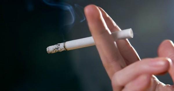 Khói thuốc lá chứa hóa chất độc hại có thể gây kích ứng cho mắt
