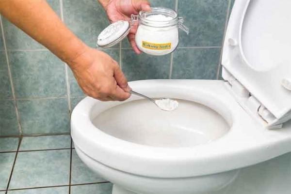 Làm sạch bồn cầu bằng viên thuốc làm sạch răng giả