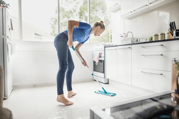 Làm sạch theo từng loại vết bẩn riêng biệt trên nền gạch bông