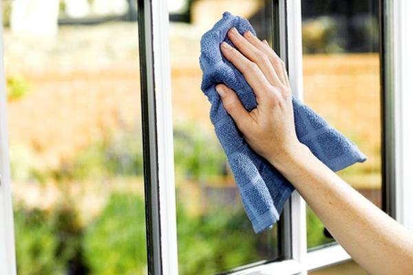 Mách bạn mẹo hay làm sạch cửa kính hiệu quả