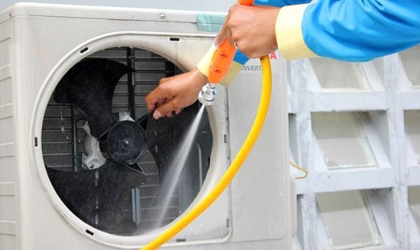 Mách bạn vệ sinh dàn nóng tại nhà với vài bước cơ bản