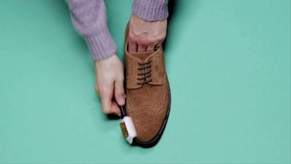 Mách những mẹo đánh bay bụi trên giày da lộn