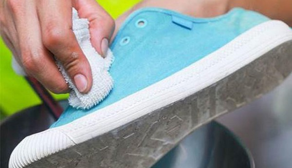 Mẹo đơn giản làm trắng giày sau khi sử dụng