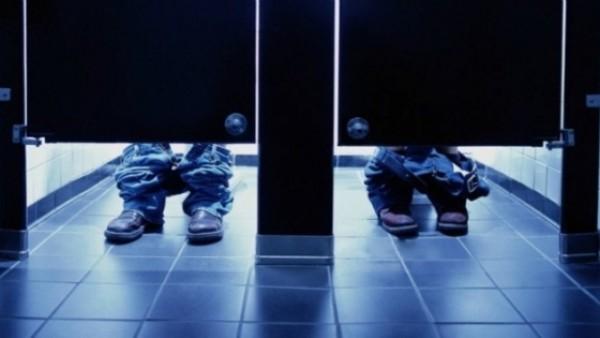 Mọi người có thắc mắc về khoảng trống dưới cửa nhà vệ sinh công cộng?