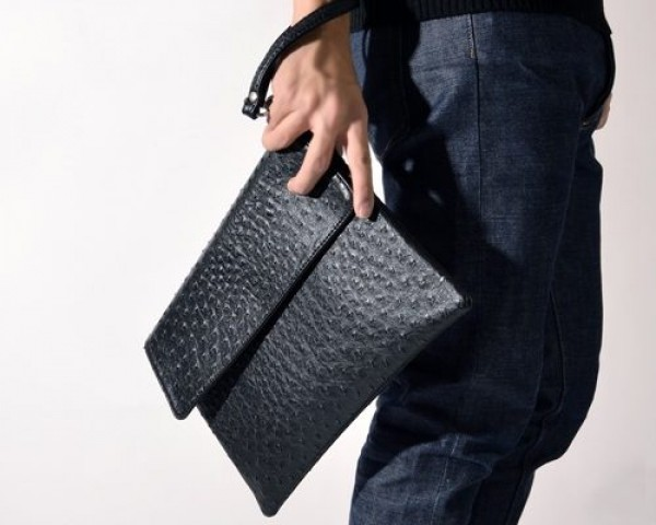 Một chiếc túi clutch sẽ tạo ấn tượng mạnh trong bộ sưu tập của bạn
