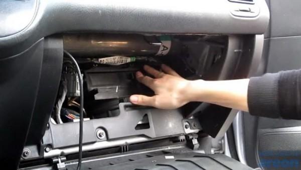 Nên hạn chế ăn trên xe để tránh ám mùi trong nội thất