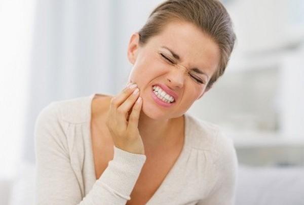 Nên niềng răng mắc cài sứ hay niềng răng mắc cài kim loại