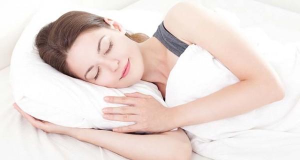 Ngủ với gối kê đầu tưởng như thoải mái nhưng lại là thói quen không tốt