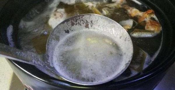 Những ý kiến trái chiều xung quanh bọt trắng khi nấu ăn và sử dụng