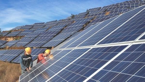 Pin năng lượng mặt trời lắp trên ban công nhà dân
