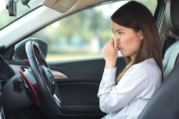 Tại sao chúng ta cần biết cách khử mùi xe ô tô mới mua ?
