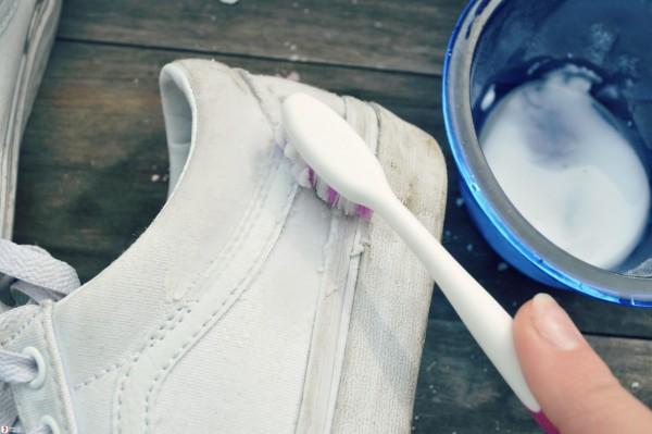Tẩy vết ố vàng trên giày da trắng hiệu quả