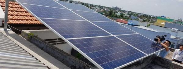 Tháp viễn thông được lắp đặt hệ thống năng lượng mặt trời