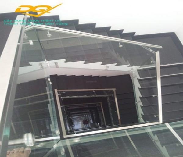 Thiết kế mẫu cầu thang kính tay vịn Inox