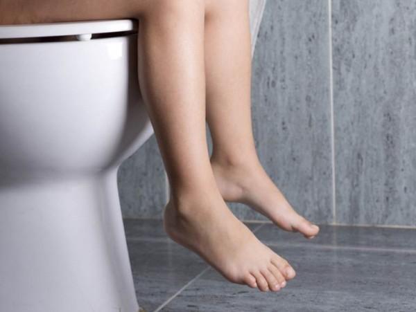 Thói quen làm hại sức khỏe khi đi vệ sinh nhiều người mắc phải