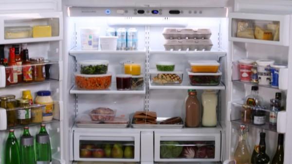 Thực phẩm cần được sắp xếp gọn gàng bên trong tủ lạnh