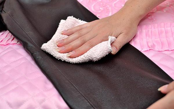 Tìm hiểu cách vệ sinh đồ da tại nhà đúng chuẩn
