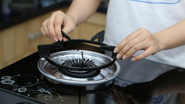 Vết dầu mỡ trên bếp sẽ nhanh chóng biến mất