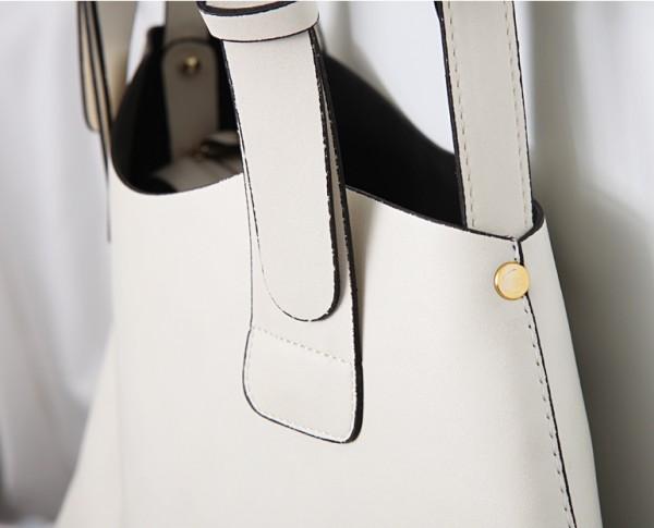 Xử lý chiếc ví da màu trắng luôn như mới