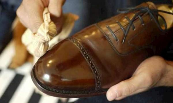 Xử lý đôi giày da bị nhăn nhanh nhất