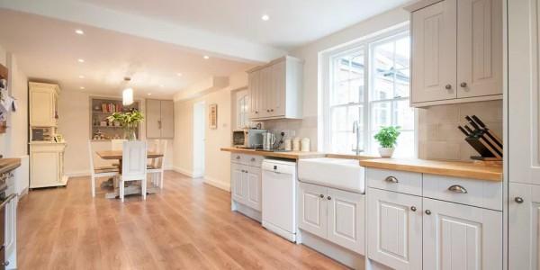 Ý tưởng tốt để cài đặt sàn gỗ trong nhà bếp và phòng tắm?